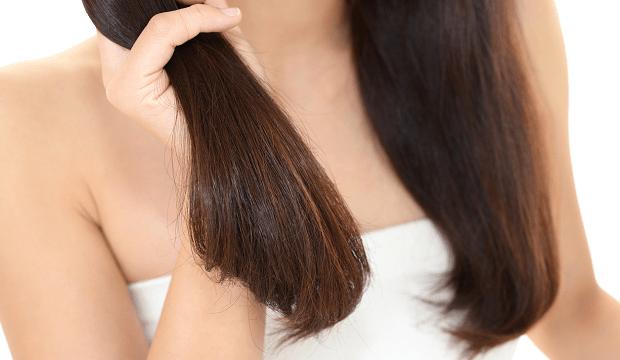 髪に悩む女性